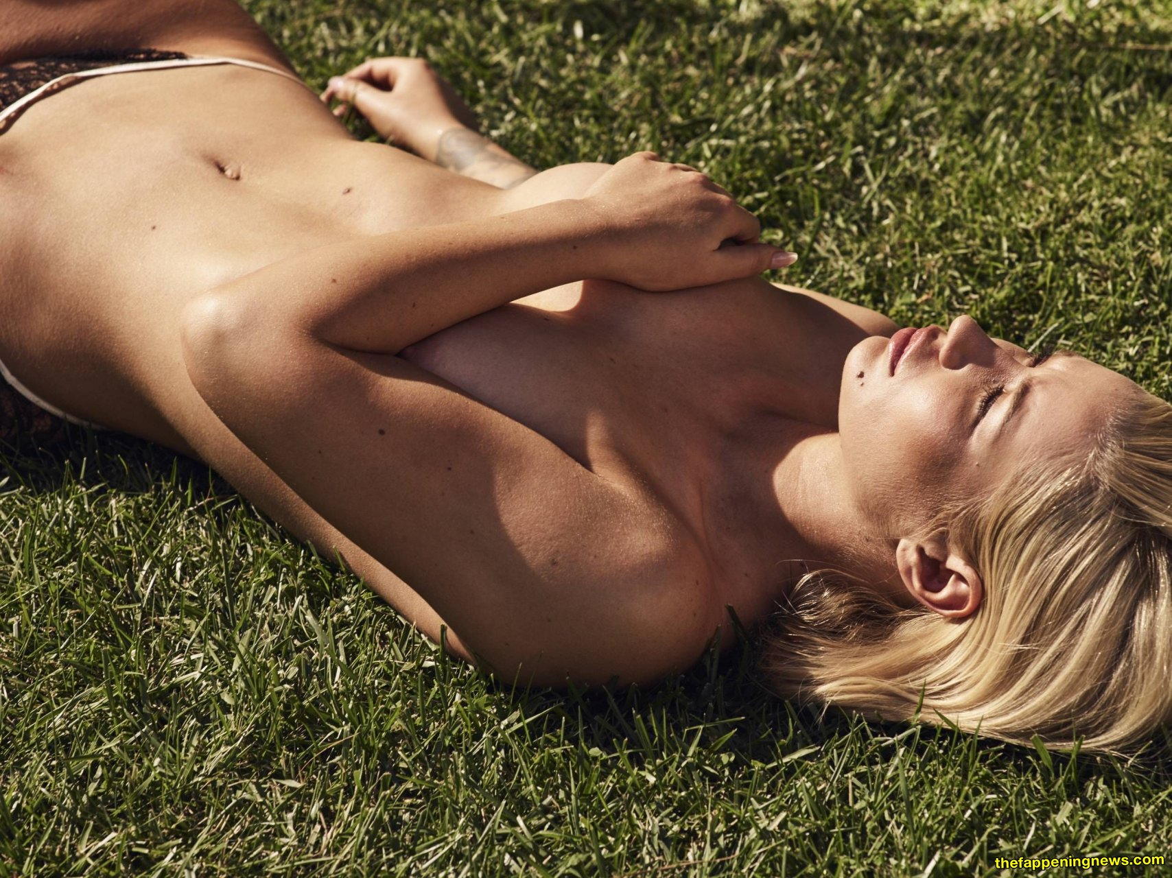 Kate Upton Squeeze Her Tits Nude On The Grass
